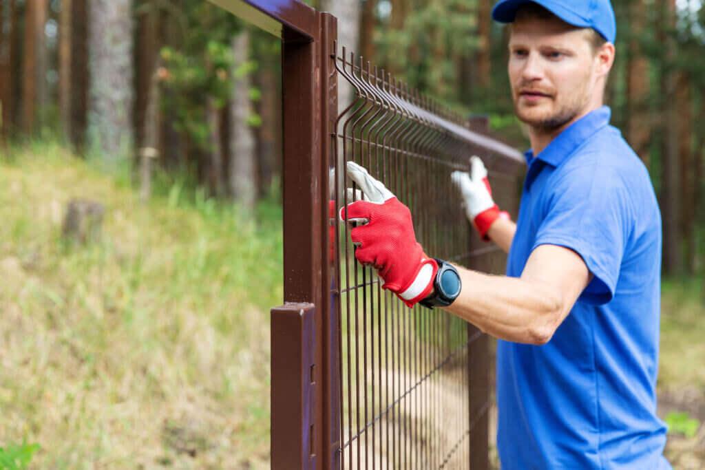 Eine Einfriedung ist ein wichtiges gestaltrisches Element in Ihrem Garten. Ein Zaun soll Schutz von Mensch und Tier sein. Wir planen und bauen Zäune genau nach Ihren Bedürfnissen, sei es mit Stahl, Aluminium oder Holz.
