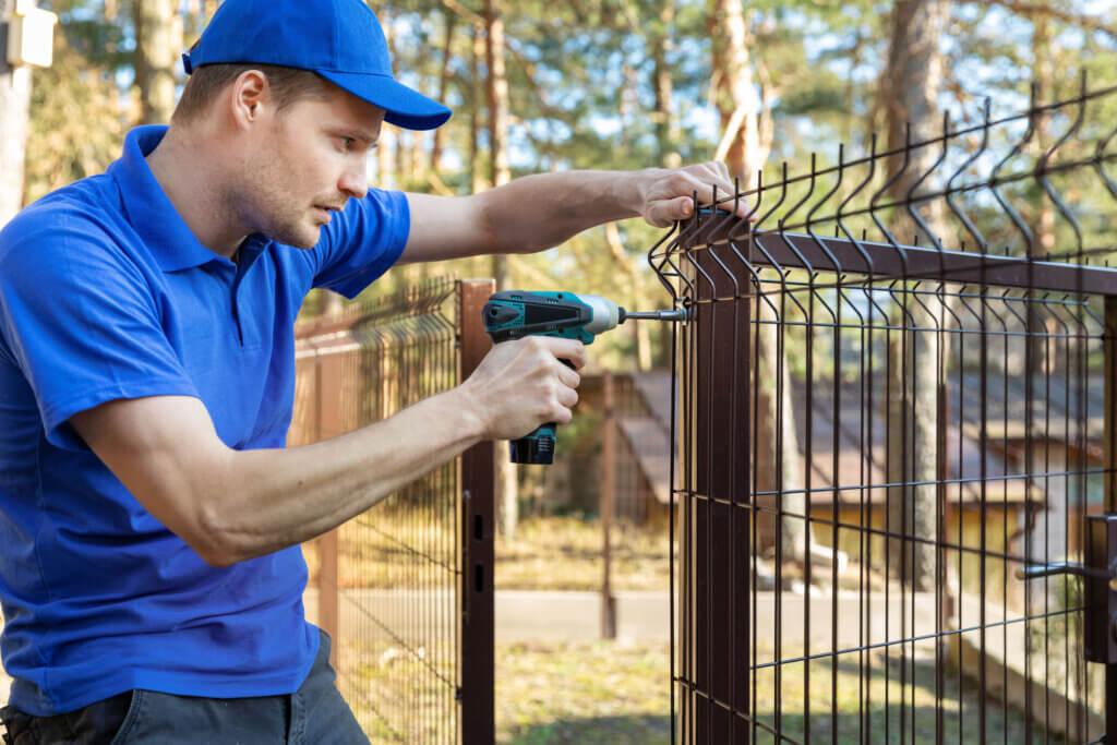 Zäunen und Toren für Heim und Garten, Industrie und Sicherheit.
